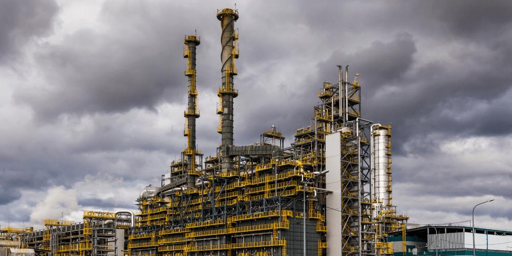 Una refinería de gas y petróleo. Fuente: antonpetrus/ Envato Elements.