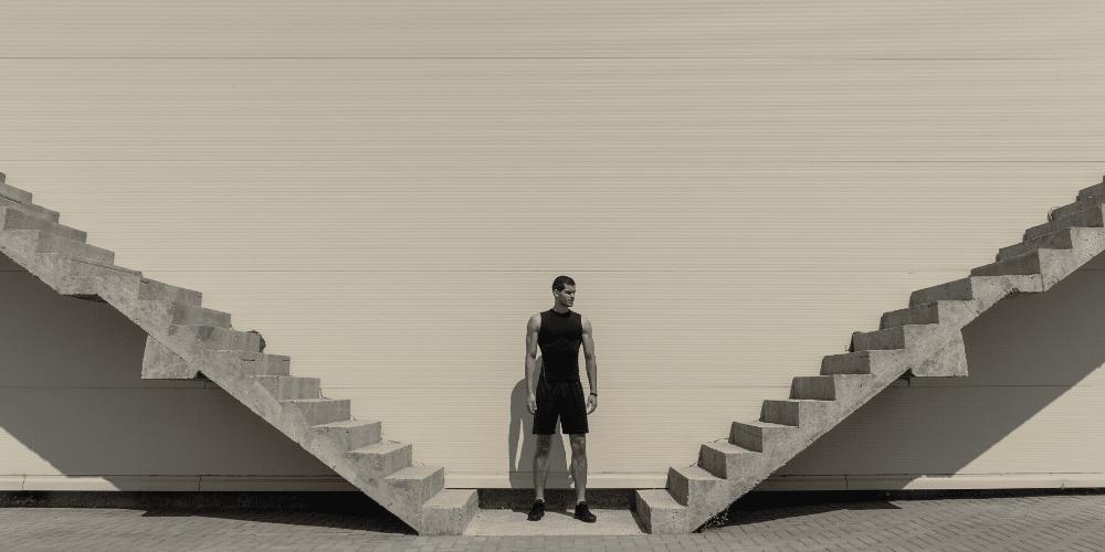 Un hombre escoge un camino para seguir. Fuente: arthurhidden/ Envato Elements.