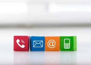 Iconos de teléfono, email, arroba y celular en colores. Fuente: Envato Elements.