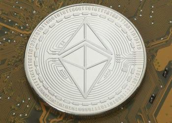 Criptomoneda de Ethereum colocada en un circuito electrónico. Fuente: Tim Reckmann/flickr.com