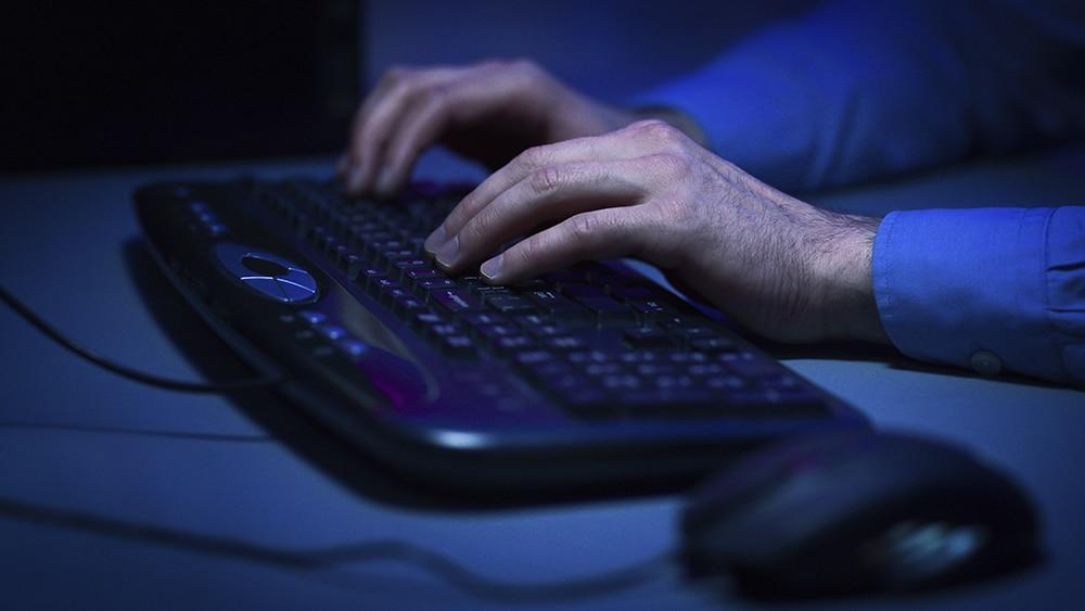 manos-computadora-hacker
