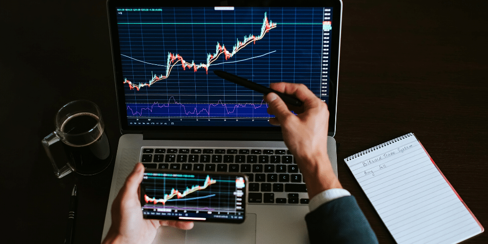 Un hombre de negocios revisa el precio de un activo en el mercado. Fuente: avanti_photo/ Envato Elements.