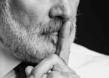 Hombre hace señal de hacer silencio. Fuente: stokkete/ Envato Elements.