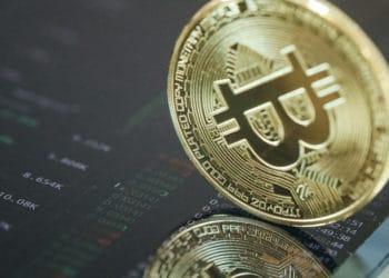 Moneda de Bitcoin sobre pantalla de teléfono móvil. Fuente: Doughnutew /  Pxhere.com
