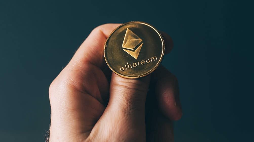 Hombre sosteniendo una moneda de ethereum sobre su pulgar. Fuente:  stevanovicigor /   elements.envato.com