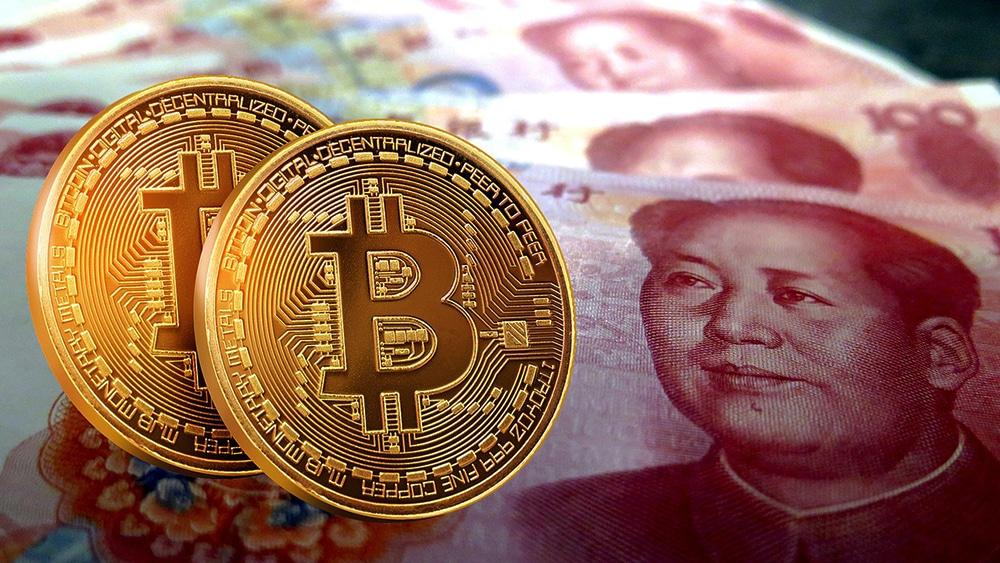 Yuanes en billetes con dos criptomonedas de Bitcoin. Fuente: RABAUZ/pixabay.com