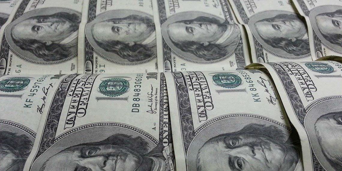 Billetes de dólar alineados en filas. Fuente: Stephen Bayer / Pixabay.com