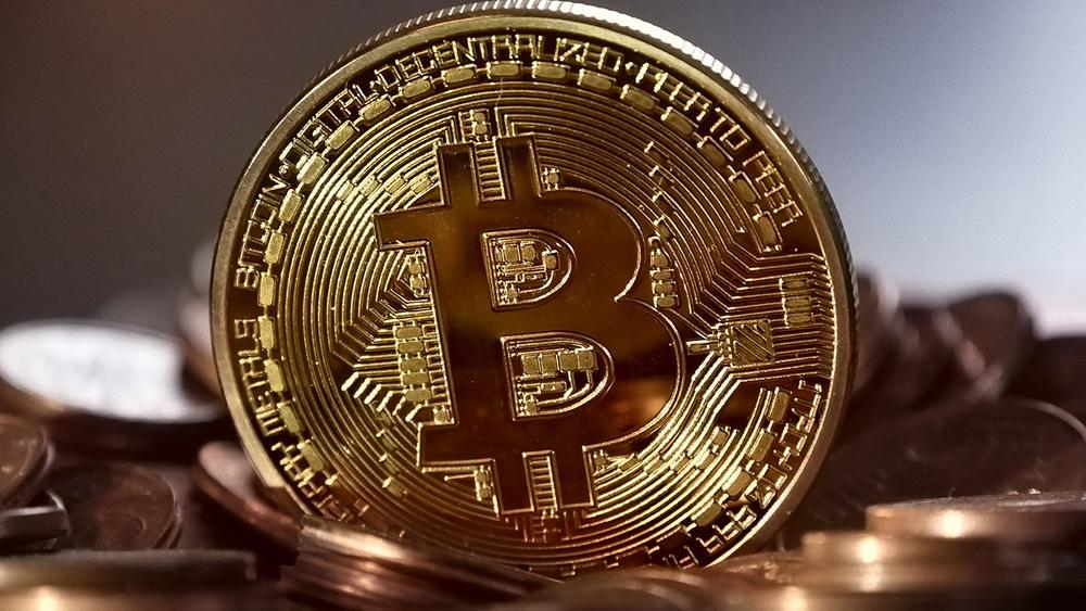 Criptomoneda bitcoin sobre monedas fiat. Fuente: MichaelWuensch / pixabay.com