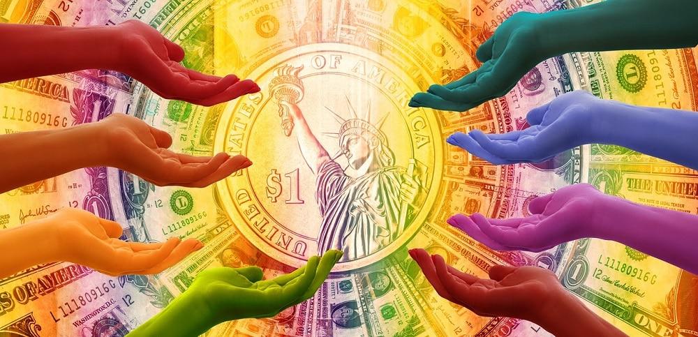 Manos extendidas en gesto mendicante frente a una moneda de dólar. Fuente: Gerd Altmann / Pixabay