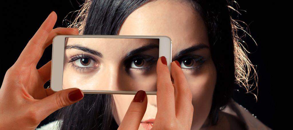 mujer estafadora smartphone