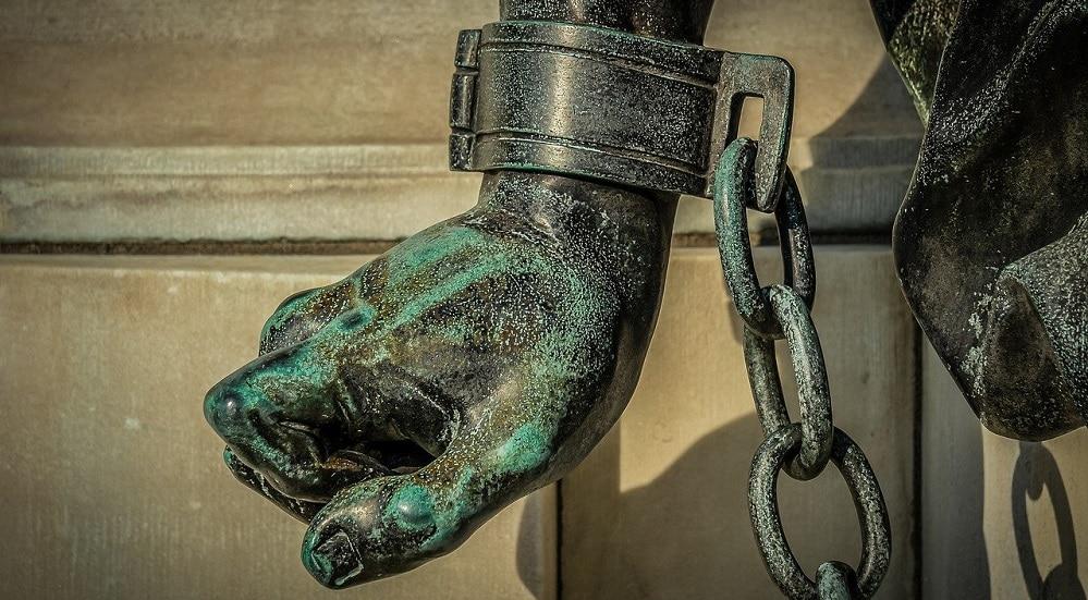 Estatua con esposas. Fuente: Achim Scholty / Pixabay