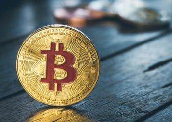 Moneda de Bitcoin sobre una mesa. Fuente: pattymalajak / Pixabay