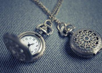 Dos relojes de bolsillo cruzados. Fuente: StockSnap / Pixabay