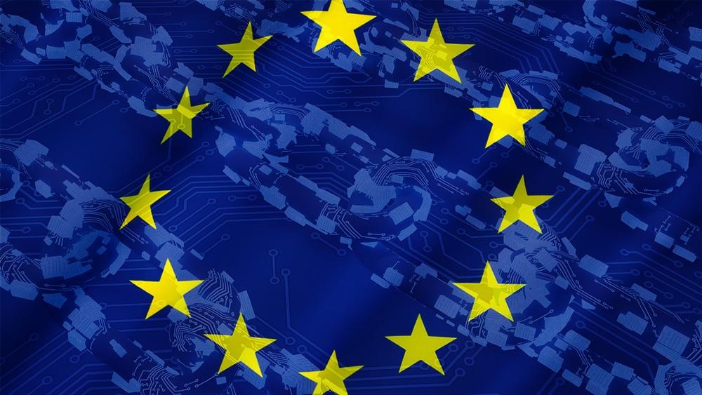 Cadena digital alusiva a blockchain sobre bandera de la Unión Europea. Composición por CriptoNoticias. xresch /  Pixabay.com ; twenty20photos /   elements.envato.com