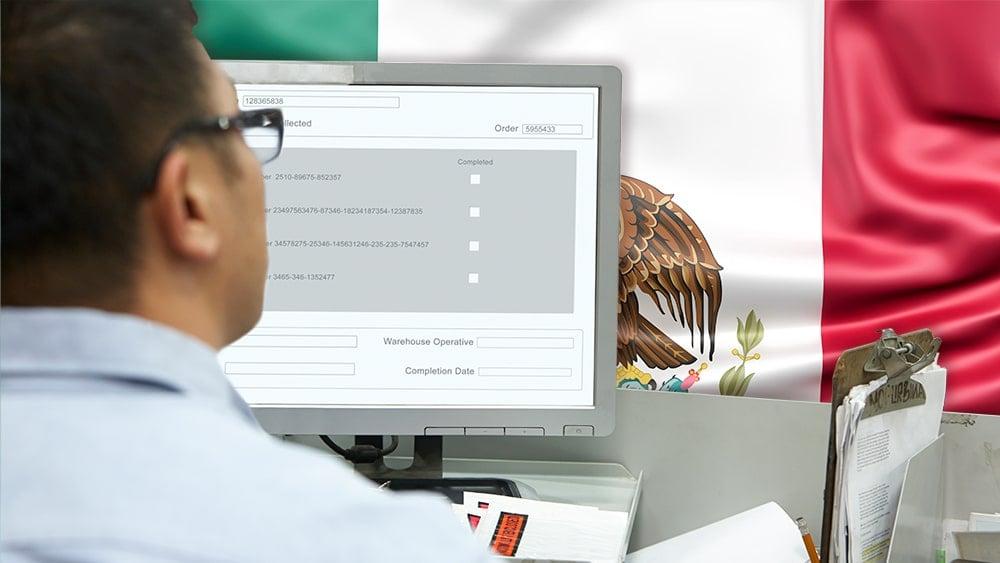 Hombre completando registro digital frente a la bandera de México. Composición por CriptoNoticias. monkeybusiness /   elements.envato.com ; Slon.pics /  Freepik.com