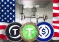 Stablecoins (USDcoin, Tether, TrueUSD) frente a una puerta bóveda de banco con bandera de EE.UU.