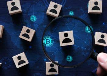 Lupa sobre fichas de usuarios con blockchain de bitcoin de fondo. Composición por CriptoNoticias. Freepik / Freepik.com ; kenishirotie /  elements.envato.com