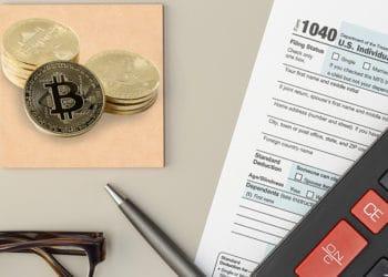Monedas de Bitcoin sobre mesa con implementos para la declaración de impuestos. Composición por CriptoNoticias. johan10 / elements.envato.com ; formatoriginal / elements.envato.com