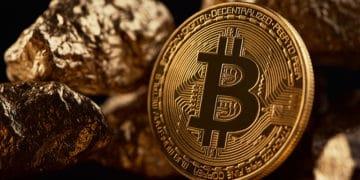 Moneda de Bitcoin frente a piezas de oro. Fuente: serhiibobyk / elements.envato.com