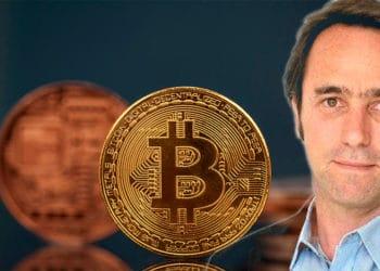 Marcos Galperin frente a monedas de Bitcoin. Composición por CriptoNoticias. ámbito / ambito.com ; erika8213 / elements.envato.com