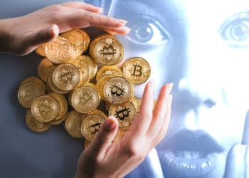 Persona acumulando bitcoin con mujer sorprendida en el fondo. Composición por CriptoNoticias. Alexander Krivitskiy / pexels.com ; bitcointere / pxhere.com