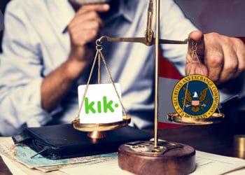 Hombre inclinando balanza con logos de la SEC y KIK y bandera de Estados Unidos de fondo. Composición por CriptoNoticias. Kik Messenger / wikipedia.org; U.S. Government / wikipedia.org; Rawpixel / elements.envato.com;  jirkaejc / elements.envato.com.