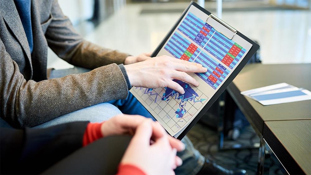 Personas analizando datos de mercado. Fuente: seventyfourimages / elements.envato.com
