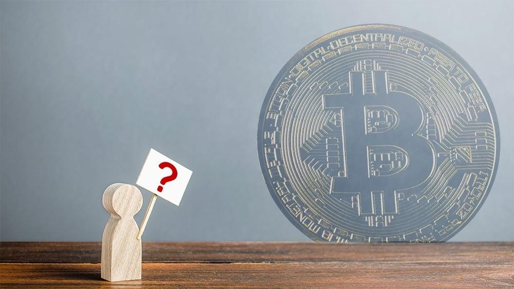 Figura en madera de usuario con signo de interrrogación y moneda de Bitcoin en el fondo. Composición por CriptoNoticias. Panxunbin / elements.envato.com ; twenty20photos / elements.envato.com
