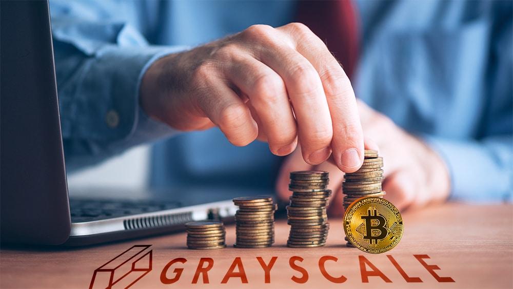 Logo de Grayscale sobre mesa con moneda de bitcoin frente a hombre apilando monedas. Composición por CriptoNoticias. Grayscale / grayscale.co ; jirkaejc / elements.envato.com ; stevanovicigor / elements.envato.com