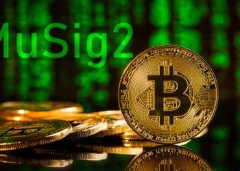 Moneda de Bitcoin frente a código con la palabra MuSig2. Composición por CriptoNoticias. jirkaejc / elements.envato.com