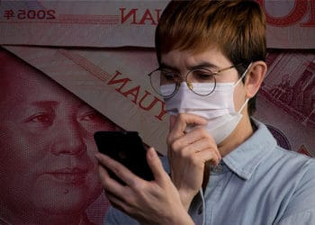 Hombre preocupado usando su teléfono con billetes de yuan de fondo. Composición por CriptoNoticias. @kstudio / Freepik.com ; amenic181 / elements.envato.com.