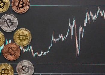 Monedas de Bitcoin sobre superficie oscura con gráfico alcista superpuesto. Composición por CriptoNoticias. mlproject / Pixabay.com ; Freepik / Freepik.com.