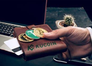 Hombre sosteniendo monedas de Bitcoin, tether y Ethereum sobre billetera con logo de Kucoin. Composición por CriptoNoticias. Tether / bitcoinwiki.org ; Kucoin / Kucoin.com ; @master1305 / Freepik.com.