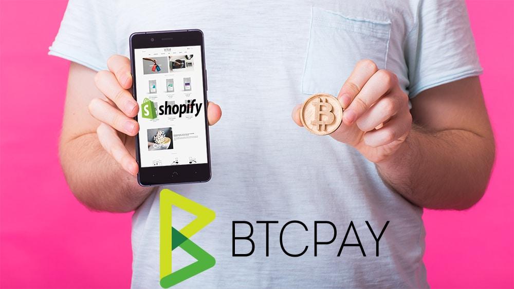 Hombre mostrando tienda online en teléfono y sosteniendo moneda de Bitcoin con logos de Shopify y BTCPay. Composición por CriptoNoticias. Shopify / wikipedia.org ; Shopify / shopify.com ; BTC Pay / btcpayserver.org ; Satura_ /  elements.envato.com