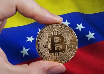 Hombre sosteniendo moneda de bitcoin frente a bandera de Venezuela. Composición por CriptoNoticias. erika8213 / elements.envato.com; wirestock / Freepik.com