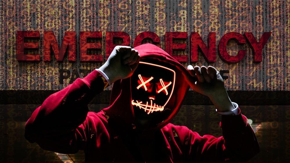 Hacker y código frente a edificio de emergencias. Composición por CriptoNoticias. Matryx / Pixabay.com; mrdoomits / elements.envato.com