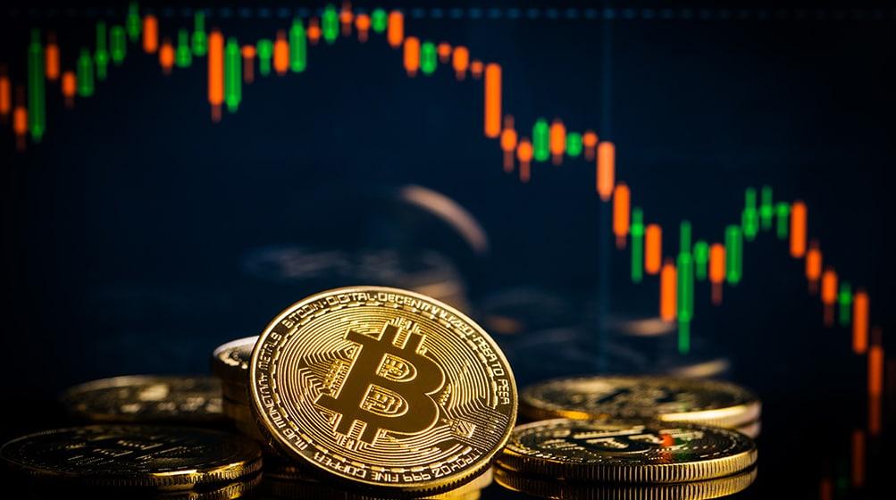 Monedas de Bitcoin frente a gráfico bajista del mercado. Fuente: jirkaejc / elements.envato.com