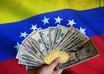 Mano sosteniendo billetes de dólares y monedas de Bitcoin con bandera de Venezuela en el fondo. Composición por CriptoNoticias. jirkaejc / elements.envato.com; twenty20photos / elements.envato.com; Wirestock / Freepik.com