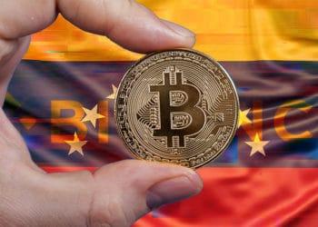 Hombre sostieniendo moneda de Bitcoin con bandera de Venezuela de fondo con logo de Bitcoin en error. Composición por CriptoNoticias. NOMBRE DEL AUTOR / Binance.com; Slon.pics / Freepik.com; @GarryKillian / Freepik.com; erika8213 / elements.envato.com.