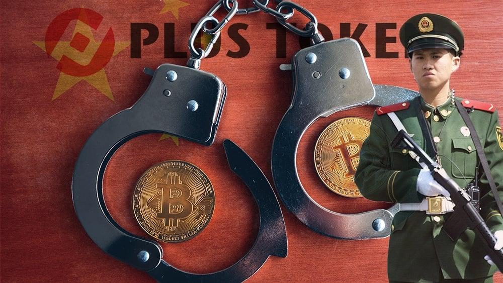 Monedas de Bitcoin dentro de esposas junto a policía con bandera de China y logo de Plus Token superpuestos. Composición por CriptoNoticias. Plus Token / plus-token.ca; @stockvault / Freepik.com; stevanovicigor / elements.envato.com; glaborde7 / Pixabay.com