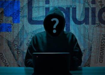 Hacker frente a código y cajetillas de datos de usuarios con logo del exchange Liquid. Composición por CriptoNoticias. Liquid / liquid.com; geralt / Pixabay.com; B_A / Pixabay.com