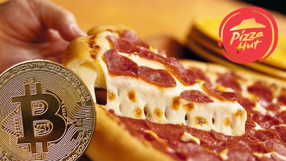 Moneda de Bitcoin frente a pizza con logo de Pizza Hut. Composición por CriptoNoticias. Pizza Hut / wikipedia.org; Pizza Hut Vzla / Facebook.com; macondoso / elements.envato.com.
