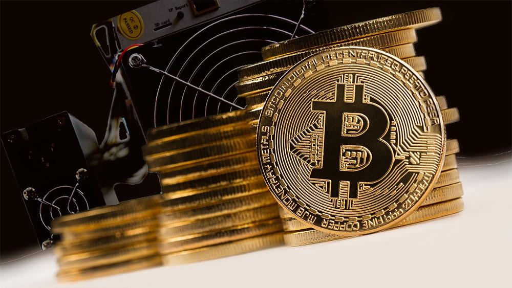 Monedas de Bitcoin con minero de fondo. Composición por CriptoNoticias. feybk / Piqsels.com; macondoso / elements.envato.com