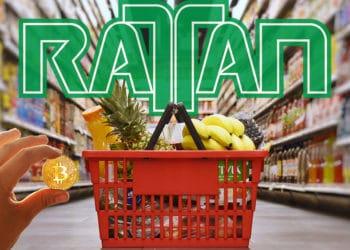 Mano sosteniendo moneda de Bitcoin frente a cesta de compras con logo de Rattan en el fondo. Composición por CriptoNoticias. Sonyachny / elements.envato.com; twenty20photos / elements.envato.com; Rattan / rattanmargarita.com