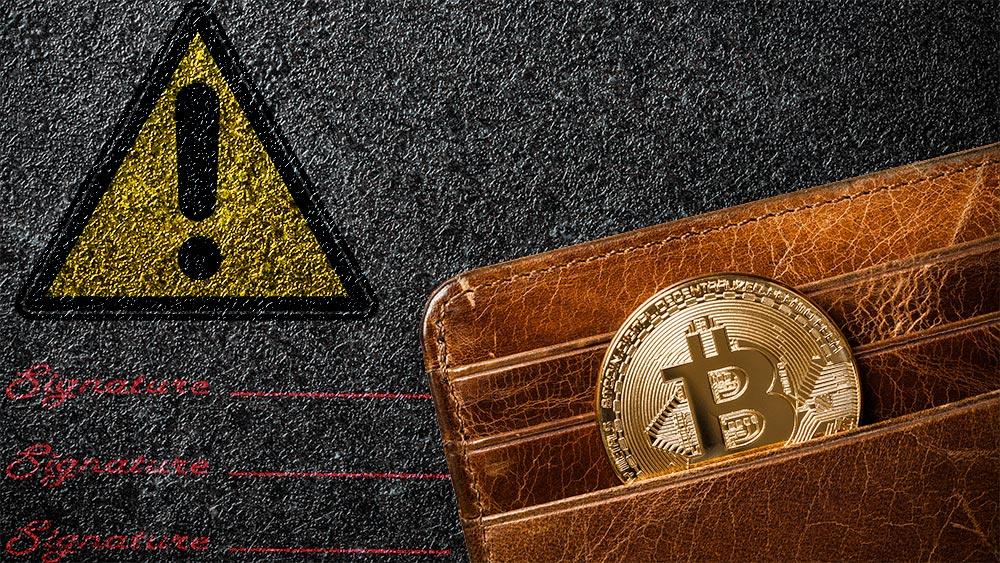 Moneda de Bitcoin en monedero con señal de aviso y lineas de firmas en el fondo. Composición por CriptoNoticias. ff-photo / elements.envato.com; Clker-Free-Vector-Images / Pixabay.com; sergign / elements.envato.com