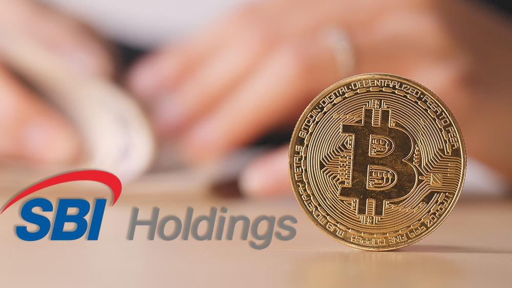 Logo de SBI Holdings junto a moneda de Bitcoin con persona contando dinero en el fondo. Composición por CriptoNoticias. SBI Holdings / wikipedia.org; leungchopan / elements.envato.com