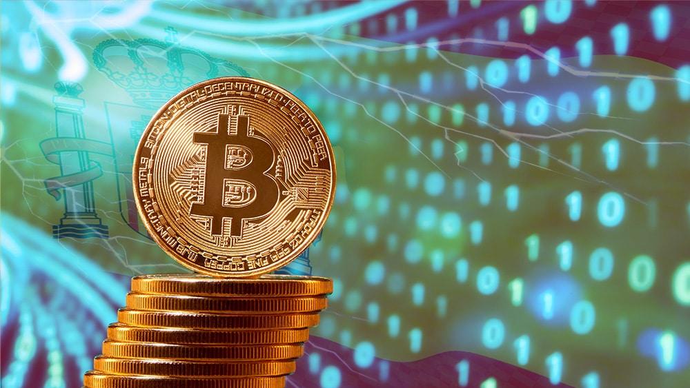 Moneda de Bitcoin sobre pila frente a tunel digital con bandera de españa y relámpagos superpuestos. Composición por CriptoNoticias. twenty20photos / elements.envato.com; @vectorpouch / Freepik.com; serhiibobyk / elements.envato.com