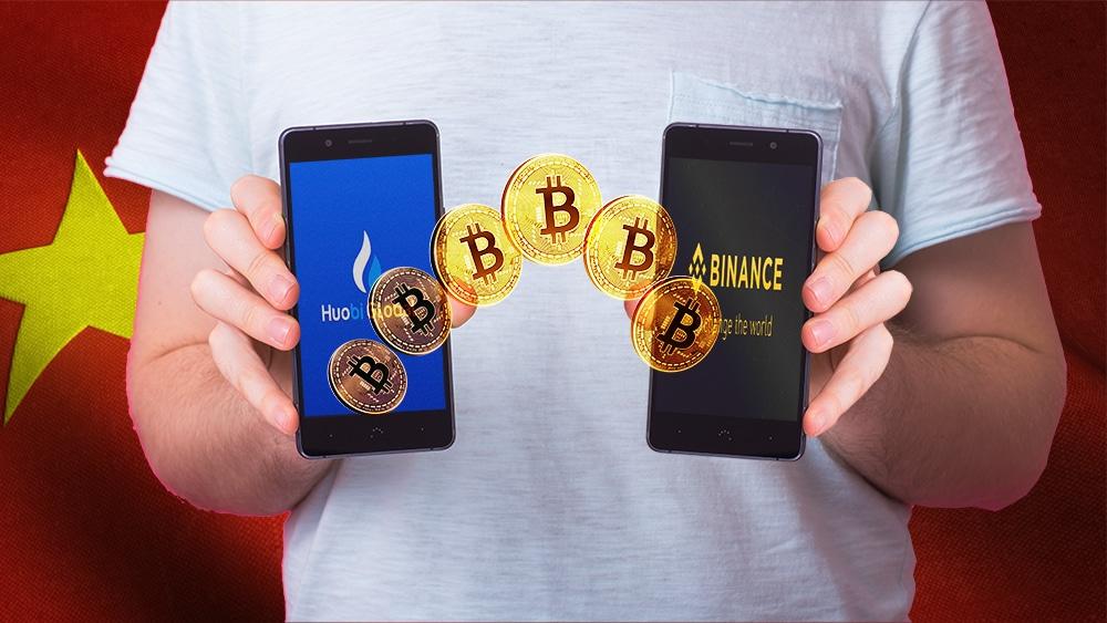 Hombre sostiene teléfonos con imágenes de Huobi y Binance y monedas de Bitcoin con bandera de China en el fondo. Composición por CriptoNoticias. @iuriimotov / Freepik.com; Binance / binance.com; Huobi Global / Facebook.com; Satura_ / elements.envato.com; wirestock / Freepik.com.