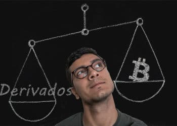 Hombre frente a balanza con derivados y logo de Bitcoin dibujados. Composición por CriptoNoticias. WikimediaImages / Pixabay.com; Prostock-studio / elements.envato.com; twenty20photos / elements.envato.com