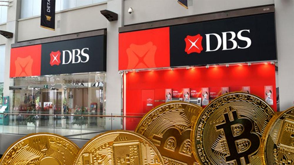 Monedas de Bitcoin frente a oficinas del DBS. Composición por CriptoNoticias. kjekol / elements.envato.com; Telangana Today / telanganatoday.com